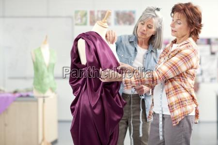 designer beurteilen abendkleid auf schneiderin