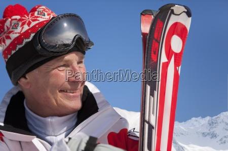 smiling mann holding ski