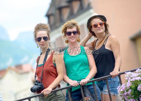 drei junge frauen machen den tourismus