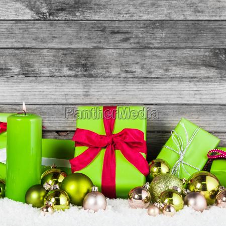gruen und silber weihnachtsartikel auf holzwand
