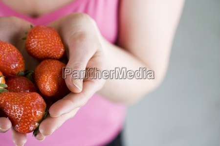 frau essen nahrungsmittel lebensmittel nahrung hand