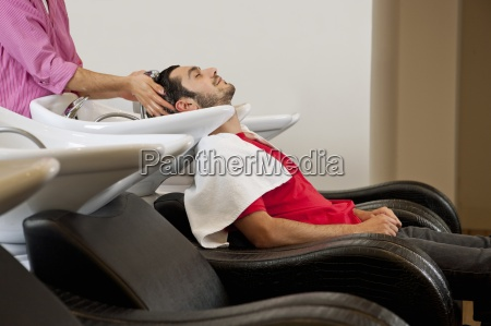 una peluqueria masculina lavar un pelo