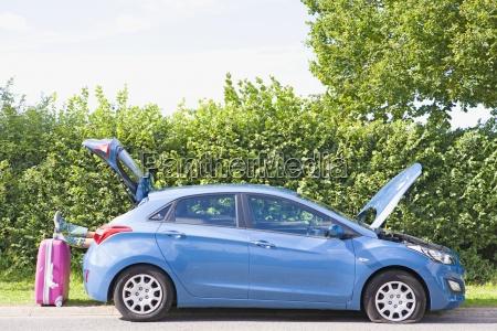 frau mit reifenpanne auf auto stillstehende