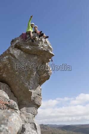kletterer zeigt und schaut auf sicht