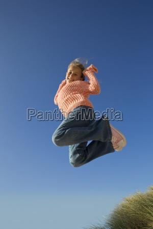 portraet der laechelnden maedchen springt gegen