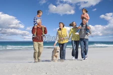 multi generation familie mit hund zu