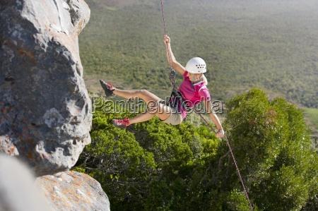weibliche, kletterer, abseilen, felswand - 12910688