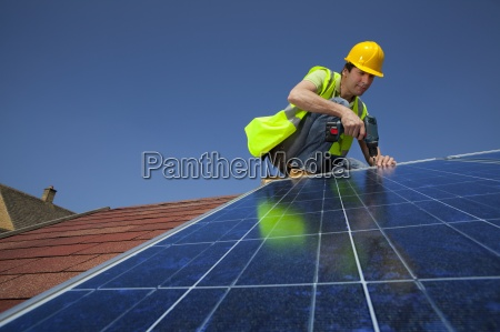 ingenieur installation von solarpanel auf dem