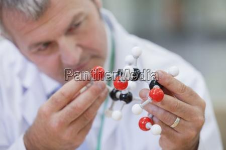 nahaufnahme von chemie ingenieur untersuchen molekulare