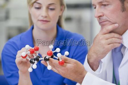 nahaufnahme, von, chemie-ingenieure, untersuchen, molekulare, struktur - 12915512