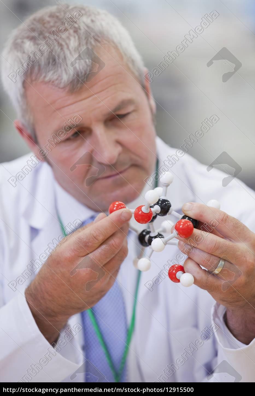 nahaufnahme, von, chemieingenieur, prüfung, molekulare, struktur - 12915500