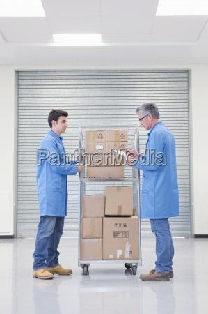 arbeitnehmer mit warenkorb von kartons und