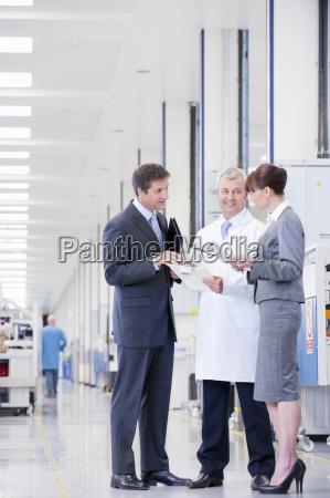 geschaeftsleute und ingenieur ueberpruefung papierkram in