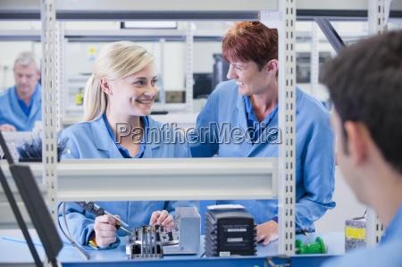 smiling supervisor und techniker montage schaltungsplatine