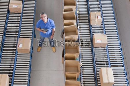 portraet der laechelnden arbeiter mit barcode