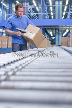 arbeitnehmer mit barcode lesegeraet scanfeld auf