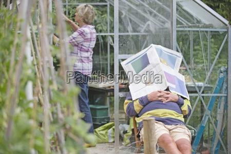 senior man asleep in gemuesegarten waehrend