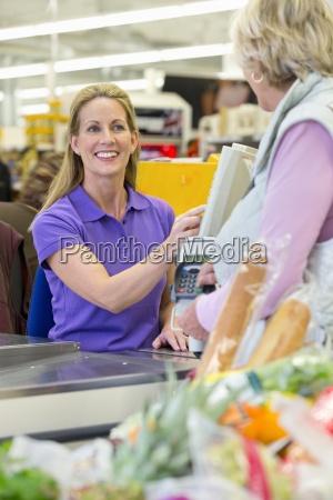 kasse essen nahrungsmittel lebensmittel nahrung hand