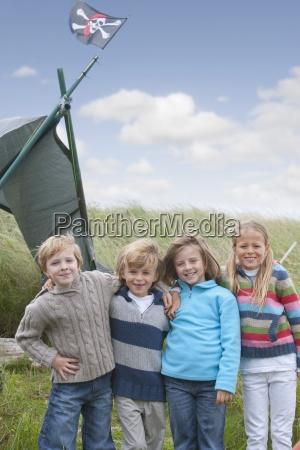 gruppe kinder stehend in den duenen