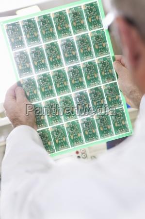 nahaufnahme von ingenieur pruefung leiterplatte im