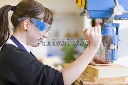 maedchen mit schutzbrille und mit drill