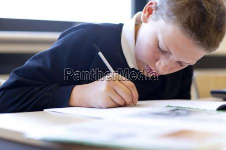 close up der studentin die schreiben