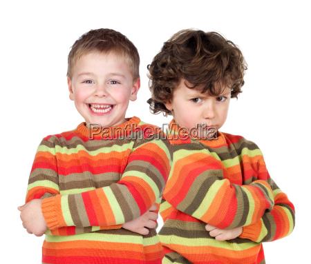 zwillingspaar gleichermassen gekleidet