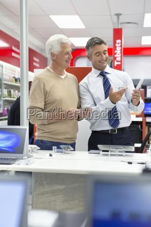 verkaeufer der aelteren mann digitalen tablette