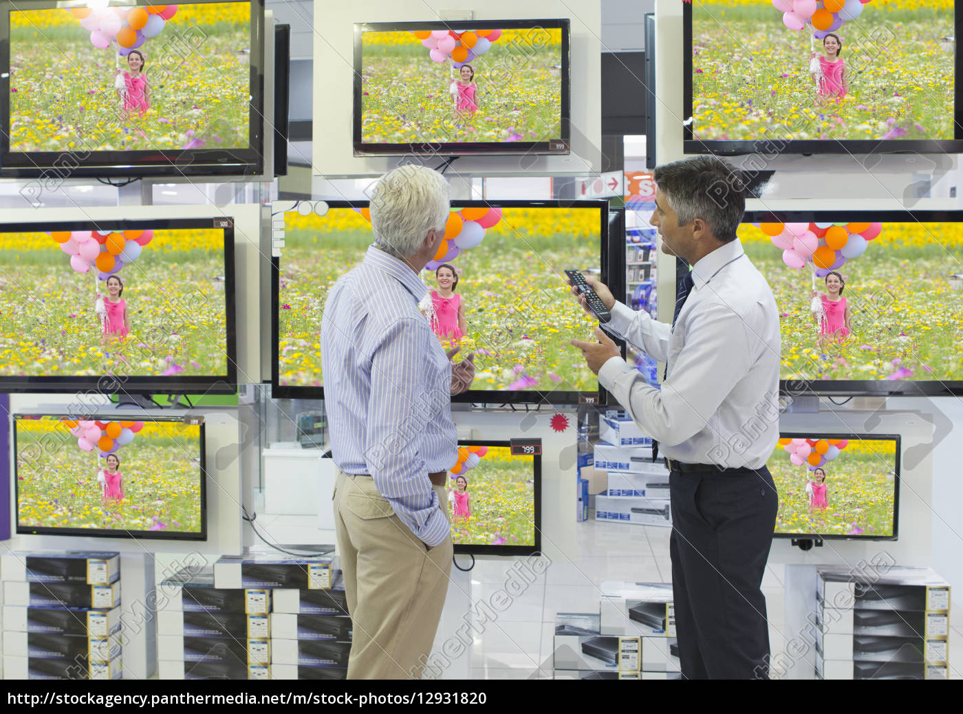 verkäufer, zeigt, älterer, mann, flachbild-fernseher, in, einem - 12931820