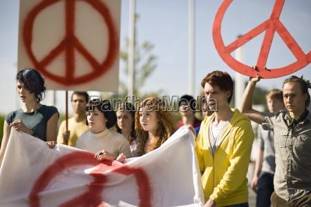 gruppo di giovani che tengono bandiera