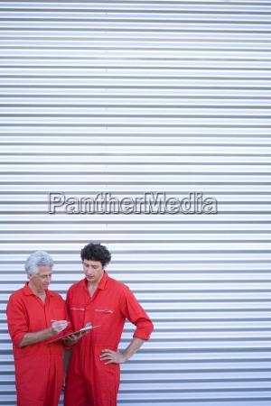zwei kfz mechaniker in rot overalls