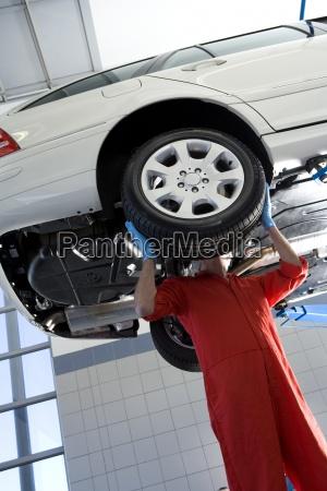 maennlich kfz mechaniker in rot overalls
