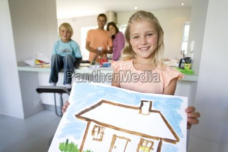 mädchen, (6-8), hält, malerei, des, hauses, lächeln, portrait, familie - 12932936