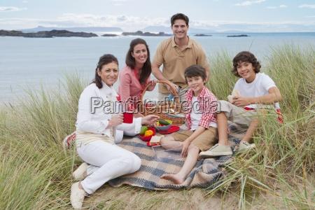 familie mit kleinen kindern die picknick