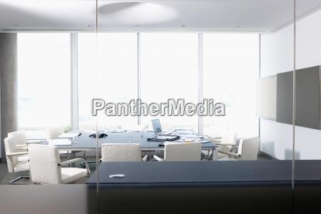 laptop und papierkram im konferenzraum