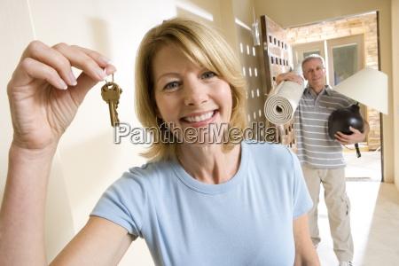 maduro mujer tenencia aloft conjunto llaves