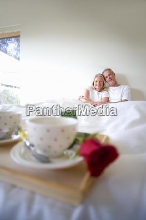 fruehstuecksbehaelter mit zwei kaffeetassen und einzelne
