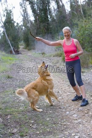 aktive aeltere frau in rosa sport