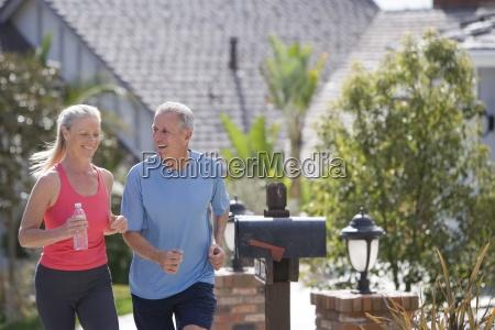 aktive senior paar in der sportkleidung