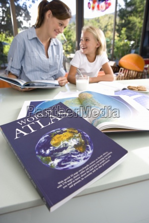 madre ayudando hija 6 8 geografia