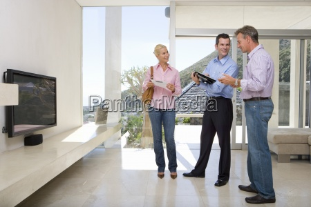 maennlich immobilienmakler der mit aelteres ehepaar