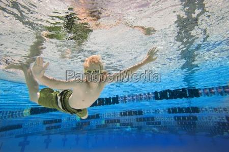 junge 10 12 im schwimmbad portraet