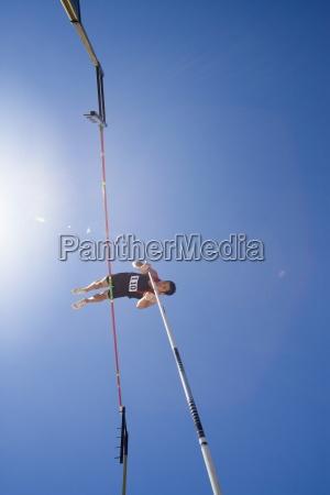 athlet stabhochsprung ueber bar gehen untersicht