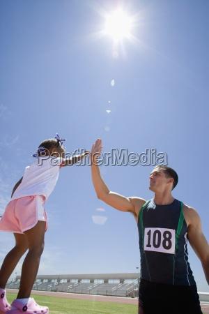 maennliche sportler geben maedchen 3 5