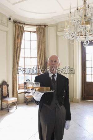 butler mit tablett mit drinks portrait