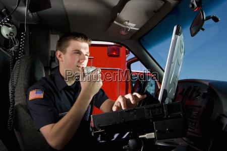 sanitaeter in der kabine von krankenwagen
