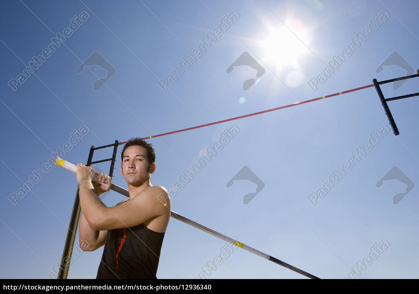 junge, männliche, stab-athleten, mit, stange, für - 12936340