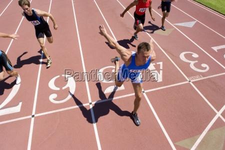 maennliche sprinter auf der strecke erhoehte