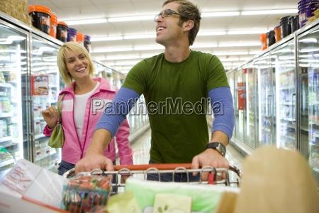 paar einkaufen in tiefkuehlkost abschnitt