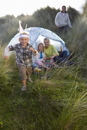 junge familie camping junge traegt indische